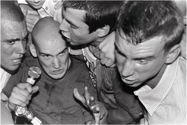 Réappropriation de l'espace et gommage des frontières entre groupe et public dans le hardcore : rupture, dépassement du punk et continuité